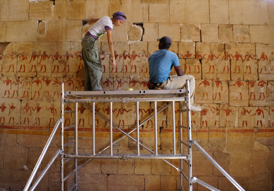 Work on the reconstruction project of the upper part of the north wall of Hatshepsut Chapel, photo by K. Braulińska